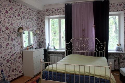 Большая светлая комната с 2 окнами в чистой коммунальной квартире.