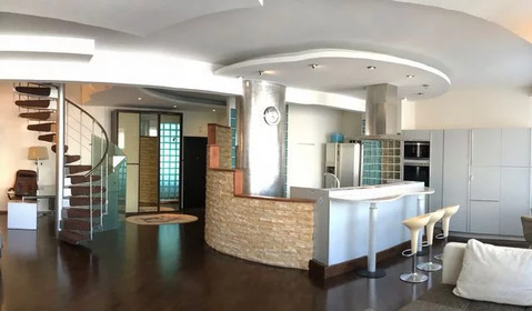 Продаётся элитная двухуровневая квартира с дизайнерским ремонтом.