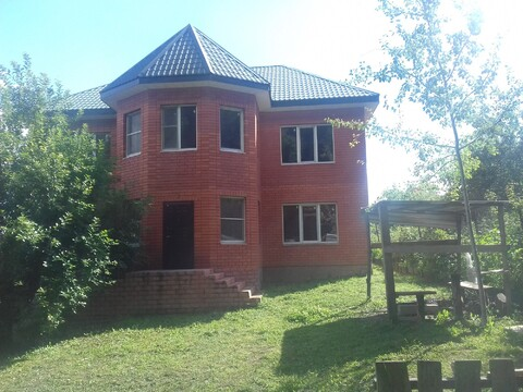 Кирпичный дом рядом с рекой Окой