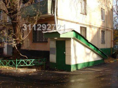 Цоколь жилого дома с отдельным входом в офисную > часть с торца здания