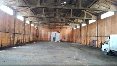Производственно-складское помещение с высоким потолком.