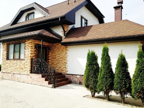 Кирпичный дом в городе