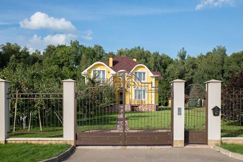 Загородный двухэтажный кирпичный дом