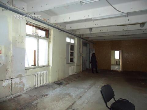 Теплый сухой склад с окнами на первом этаже с широкой распашной дверью