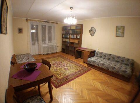 Сдам большую двухкомнатную квартиру в сталинском доме рядом с метро .