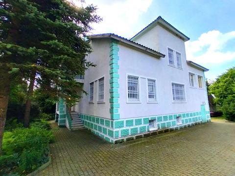 Загородный жилой дом с ландшафтным участком